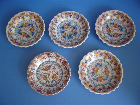 a set of five small hand painted Makkum cake dishes