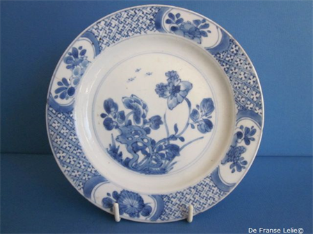 early 18th century Chinese porcelain Kangxi dish