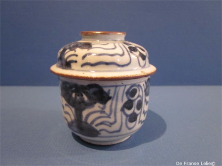 18th century blue and whihte Chinese porcelain bowl and cover