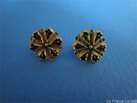 a pair of antique 14ct gold garnet earrings