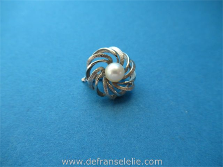 a vintage Dutch 14ct white gold pearl brooch